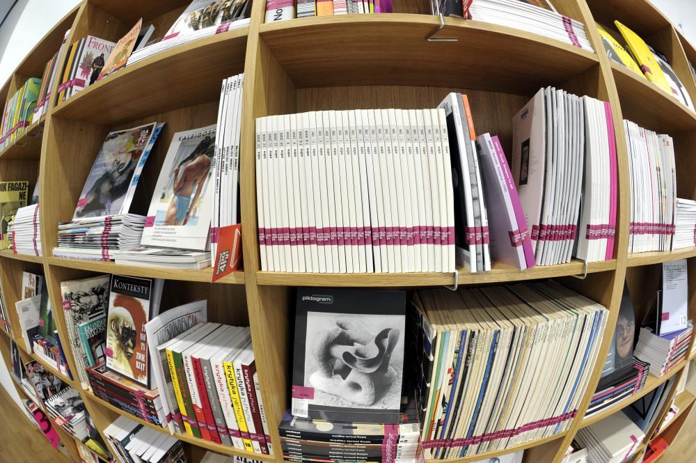 Zdjęcie półki z czasopismami