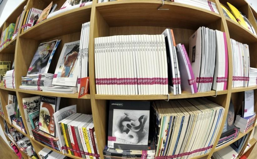 Fotografia półki ze zbiorami