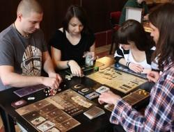 Zdjęcie osób grających w gry planszowe