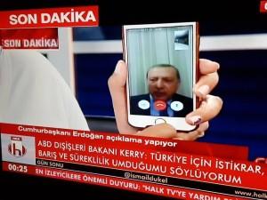 przemawiajacy-ze-smartfona-prezydent-turcji
