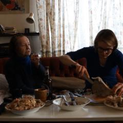 Honorata Martin, Czyszczenie kości z babcią Halinką, 2015, wideo, 12'58''. Dzięki uprzejmości artystki