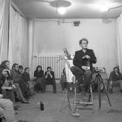 Jacek Kryszkowski, Tylko tam gdzie jestem, performanc pracownia Daniela Wnuka, Warszawa 1982. Fot. Tomasz Sikorski. Dzięki uprzejmości Tomasza Sikorskiego