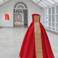 Agata Zbylut, Sztuka czysta, wolność absolutna, miłość dozgonna, opatrzność wszechmogąca, 2014, obiekt (suknia rozmiar 34, fotografia 90 x 58 cm, ścieżka dźwiękowa)